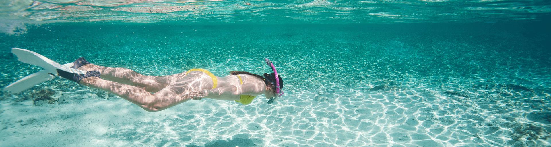 viagenza chica haciendo snorkeling